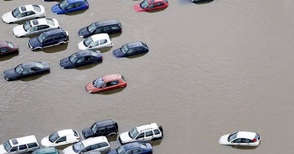 Carros passam sufoco em enchentes pelo mundo - Fotos - R7 Carros