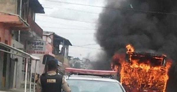 Dois ônibus são incendiados por adolescentes em Santa Luzia - R7