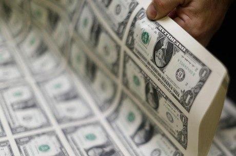 Dólar despenca mais de 2% e fecha o dia abaixo de R$ 3,80, menor patamar em um mês
