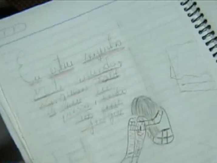 """No caderno de uma delas, desenhos e frases soltas mostram o desespero pelo qual passavam. Nesta página, ela escreveu: """"Eu estou sozinha neste mundo. Ninguém sabe o que eu passo, então não me julgue"""""""