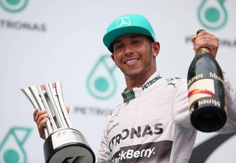 Rápido nas pistas e na poupança. O campeão de Fórmula 1Lewis Hamilton embolsa R$ 2,66 por segundo