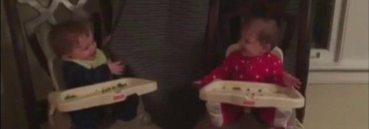 Gêmeos se divertem enquanto brincam de esconde-esconde
