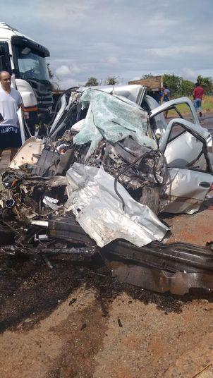 Um homem e quatro crianças que estavam em um carro morreram após uma batida frontal com um caminhão na altura do quilômetro 22, da BR-070, na manhã deste sábado (24)