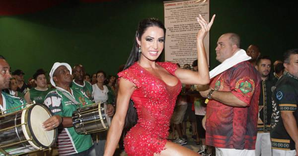 Gracyanne Barbosa mostra sua majestade na quadra da X9 ...