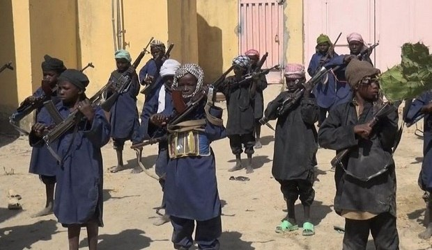Fotos mostram crianças sendo treinadas para o combate por radicais do grupo Boko Haram
