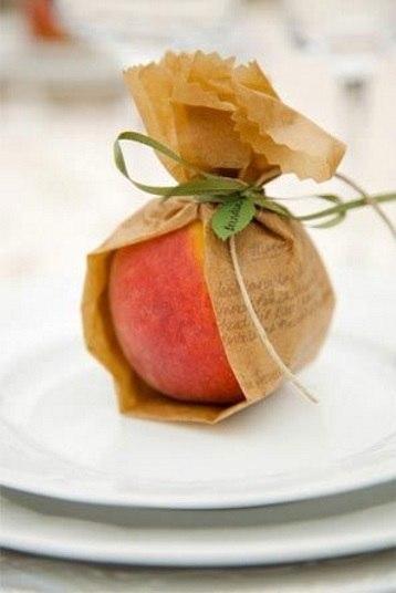 As frutas também podem ser incluídas na marmita, especialmente para quem não consegue ficar sem um doce após a refeição. Para isso, lave-as com a casca e coloque-as em um pote para evitar que elas amassem. No caso das frutas mais duras, como maçã, basta envolve-las em saco plástico ou papel alumínio