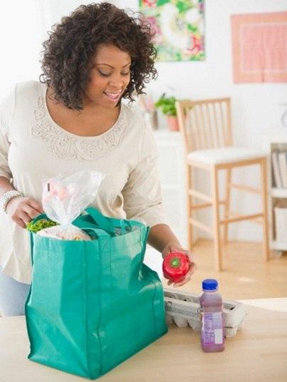 Para transportar o alimento em segurança e sem estragar, Anna Carolina aconselha usar uma bolsa térmica. Se o local onde você trabalha não oferece um refrigerador, adicione a bolsa formas de gelo específicas para manter a temperatura e conservar o alimento até a hora da refeição.     — [As bolsas térmicas] são facilmente encontradas em diversas lojas de embalagens e em diversos tamanhos. É recomendável que o alimento seja mantido sob refrigeração antes do transporte e que se transfira o recipiente com os alimentos perecíveis à um refrigerador no momento da chegada no trabalho, sempre que possível