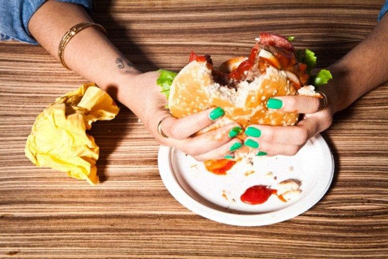 A nutricionista explicou que, com a correria do dia a dia, as pessoas têm menos tempo para fazer uma refeição saudável e, por isso, buscam alternativas rápidas nos fast-foods e restaurantes self-service.     — O problema dessas alternativas, além do alto custo no fim do mês, é que acabamos por sacrificar a qualidade da maioria das nossas refeições, pois elas em geral apresentam quantidades elevadas de gordura, sódio e aditivos industrializados