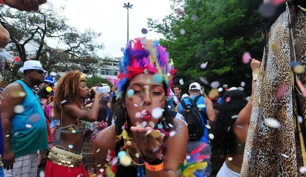 Começou a festa! Famosos e anônimos caem na folia nos blocos de rua pelo Brasil