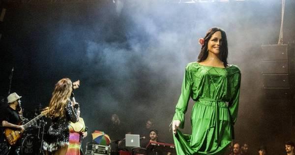 Ivete Sangalo fica encantada ao ganhar boneca gigante em show ...