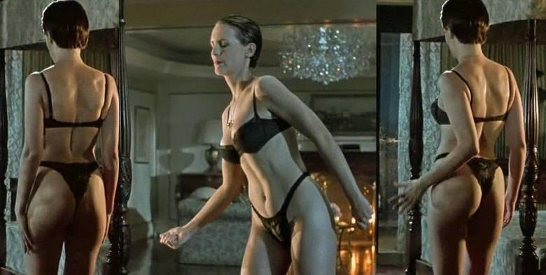 Uma das cenas mais icônicas do filme True Lies, e também da carreira de Jamie Lee Curtis, é aquela em que sua personagem dança sensualmente de roupa íntima. O corpão e o bumbum da atriz chamaram bastante a atenção