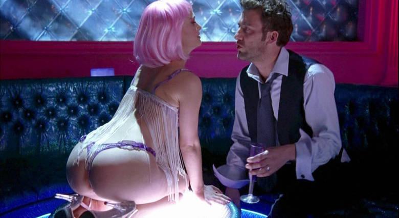 Também não dá para esquecer as cenas sensuais de Natalie Portman em Closer — Perto Demais, né? Como uma charmosa stripper, ela é um dos destaques da produção e, claro, seu bumbum também virou assunto