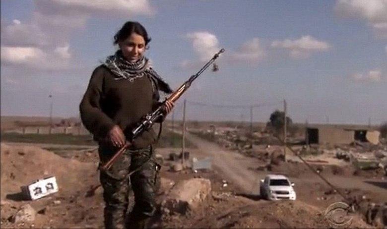 Denis Sipan, professora de uma escola primária curda, deixou seu emprego há cinco meses para lutar contra o EI (Estado Islâmico) nas linhas de frente localizadas perto da cidade de Kobane, na Síria. De acordo com informações do jornal Daily Mail, Denis está atuando com as Forças de Proteção Popular Curdas (YPG, na sigla em inglês) como franco-atiradora