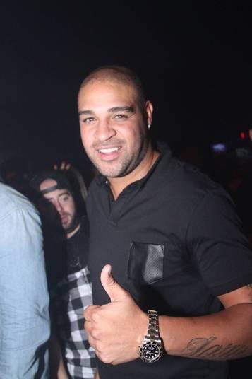 Com R$ 60 mil no bolso, Adriano Imperador vai para motel com 18 garotas