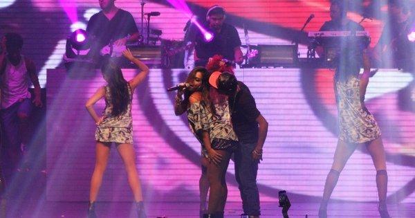 Anitta requebra, sensualiza e desce até o chão em show com Nego ...