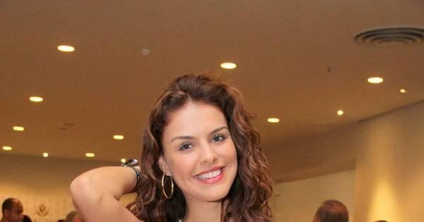 Tá chegando a hora! Paloma Bernardi marca presença em feijoada ...