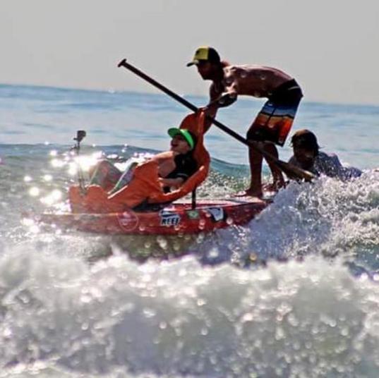 Em busca de novos esportes e ainda em recuperação do acidente que a deixou tetraplégica, Lais Souza já experimentou o surfe adaptado, no Guarujá (SP). A ex-ginasta usou, claro, uma cadeira e ajuda de dois instrutores