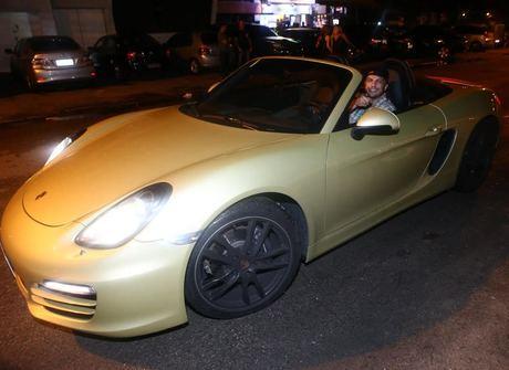 Bambam volta a ostentar nas redes ao lado de seu Porsche