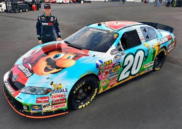 O piloto também fez questão de personalizar o seu carro de corrida com o famoso encanador