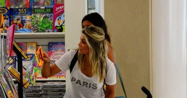 Flávia Alessandra compra presentinhos para as filhas em aeroporto ...