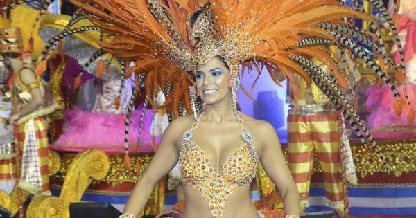Nuelle Alves, a Dona Candinha, usa fantasia comportada na ...