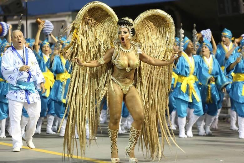 Cinthia Santos veio à frente da bateria com uma fantasia folheada a ouro