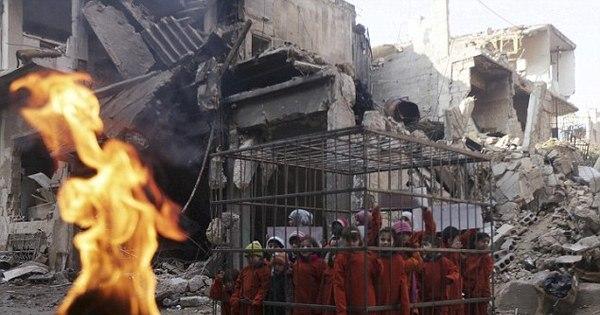 Ativistas colocam crianças em gaiola em protesto contra ataques sírios
