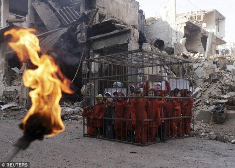 O grupo jihadista Estado Islâmico (EI) divulgou imagens que mostram  crianças sírias, muitas delas de apenas três anos, trancadas em uma  gaiola, em Douma, próximo a Damasco, capital da Síria
