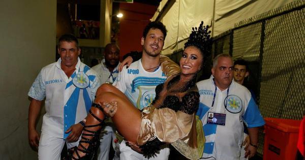 Quanto amor! Sabrina Sato é carregada no colo por João Vicente ...