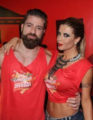 Cacau Colucci e o namorado Bruno Trevisian curtem o Carnaval