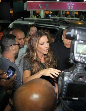Ivete Sangalo chega à Sapucaí causando tumulto. Saiba o que rolou com a musa