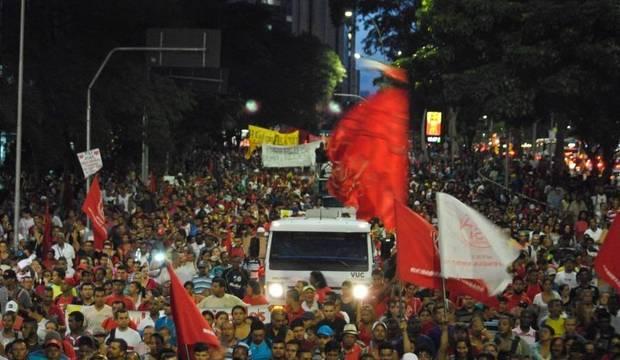 Manifestação contra falta d'água toma as ruas da cidade com cerca de 8.000 pessoas