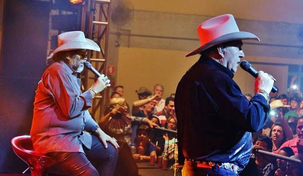 Com perna inflamada, José Rico fez sentado o último show com Milionário. Veja imagens
