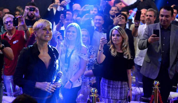 Admiradores e novos colegas fazem recepção digna de rainha na chegada de Xuxa à Record