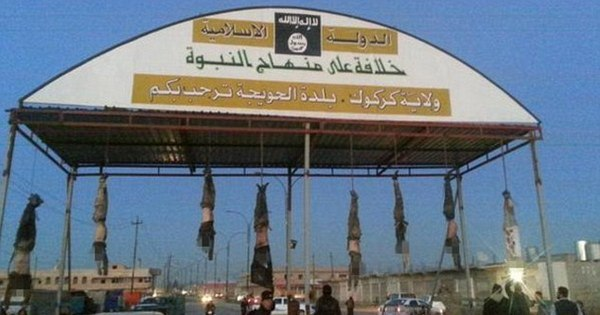 Radicais do Estado Islâmico penduram corpos em entrada de cidade