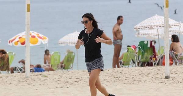 Glenda Kozlowski faz exercícios na praia do Leblon, no Rio de ...