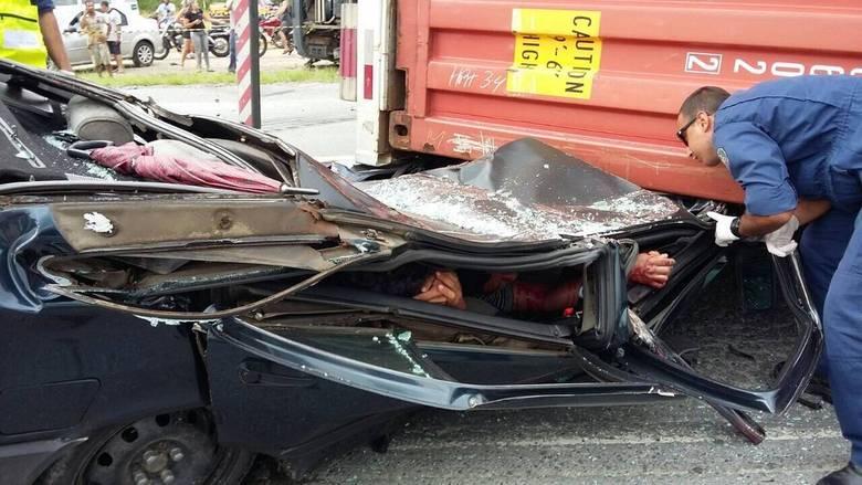 Três suspeitos de roubo escaparam de um acidente impressionante na BR-470, em Navegantes (SC). O carro em que eles estavam foi esmagado por um caminhão contêiner, mas eles tiveram apenas ferimentos leves. Assista ao vídeo