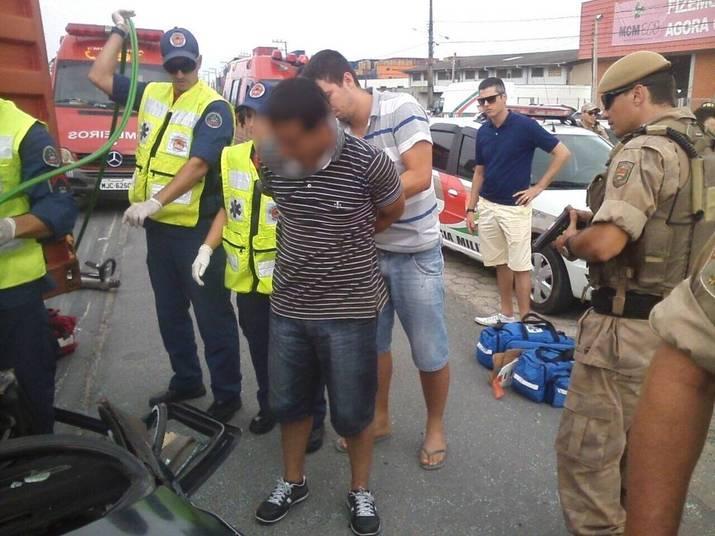 Eles estavam armados e são suspeitos de terem praticado um assalto a uma loja momentos antes do acidente. Eles receberam atendimento médico e depois foram presos em flagrante