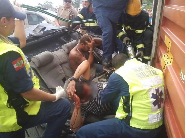 O veículo atingiu a lateral de uma carreta, que bateu de frente com outro caminhão. Nesse momento, o container caiu em cima do veículo dos criminosos