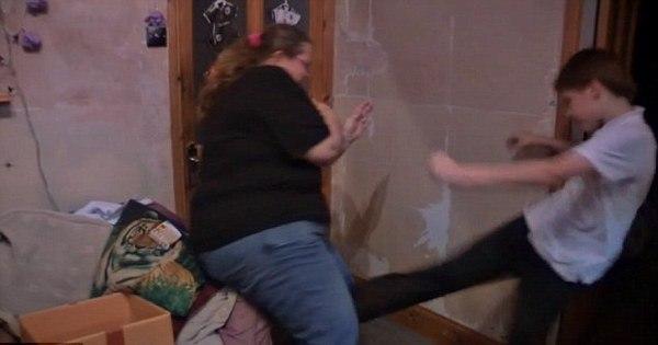 Mãe é obrigada a se trancar no quarto para fugir dos ataques de ...