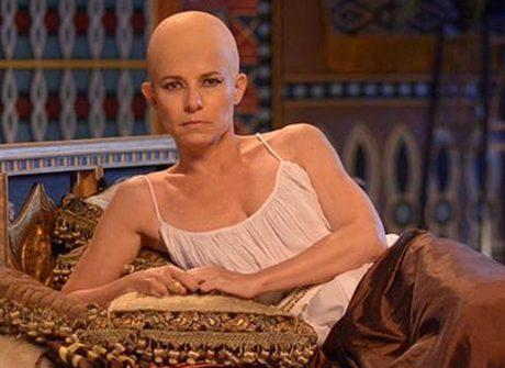 Descubra como atriz fica careca para interpretar Henutmire
