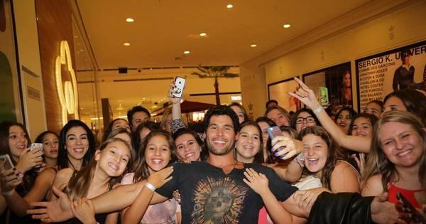 Dudu Azevedo leva as fãs à loucura em evento de moda - Fotos ...