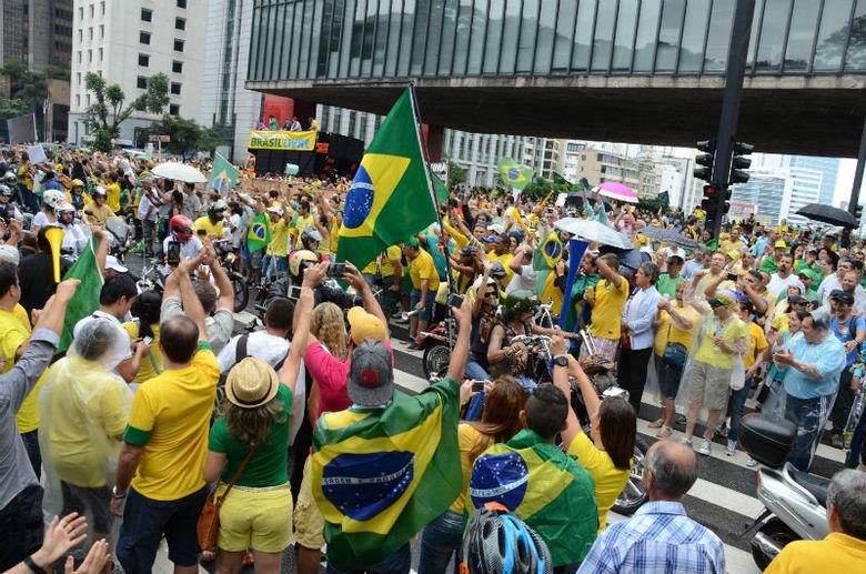 Por volta das 13h30, os manifestantes já fechavam a Avenida Paulista, sentido Consolação, entre a Rua Augusta e Alameda Campinas, em protesto contra o governo da presidente Dilma Rousseff marcado para começar às 14h