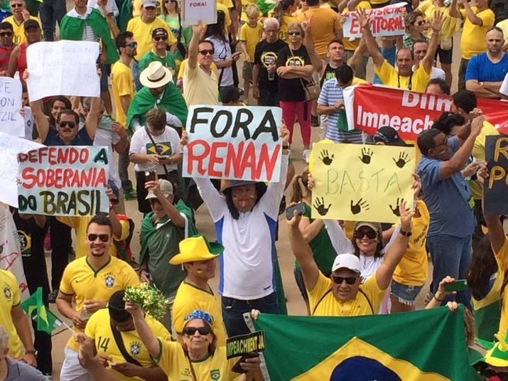 Os participantes do ato pedem o impeachment da presidente Dilma Rousseff e o fim da corrupção. Em faixas, eles protestam contra o PT e fazem menção à Operação Lava Jato, que denunciou esquema de corrupção na Petrobras
