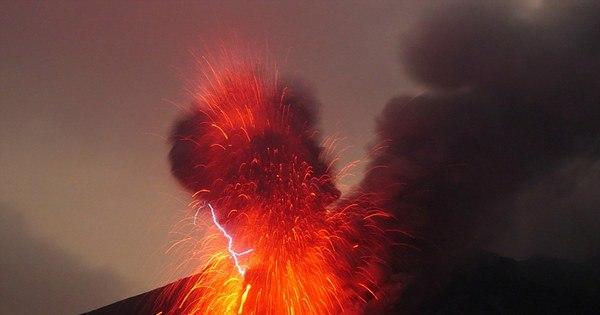 Que loucura! Vulcão entra em erupção e turista registra tudo bem de ...