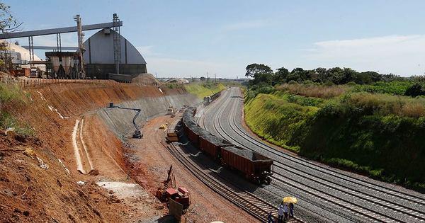 Rodovias transportam 3 vezes mais cargas que ferrovias, mas custo ...