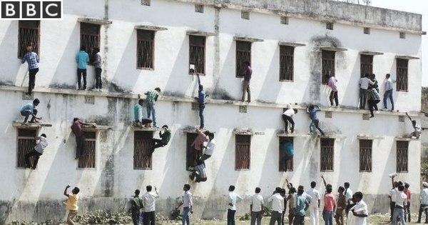 Pais escalam muro de colégio para passar cola aos filhos na Índia ...