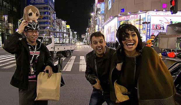 Sabrina apronta todas no Japão e sobe na torre mais alta do mundo com Rodrigo Capella