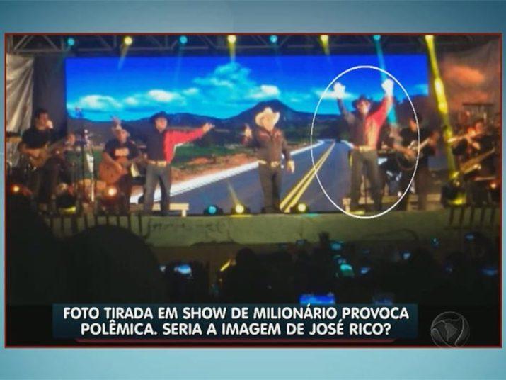Já nessa fotografia tirada por um fã, um misterioso par de óculos aparece no rosto do dançarino+Gian e Giulliano cantam 'Estrada da Vida' em homenagem ao José Rico
