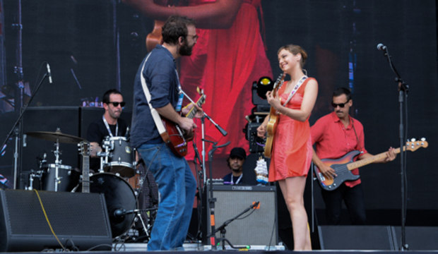 Camelo e Mallu Magalhães levam a Banda do Mar ao palco e cantam até Los Hermanos